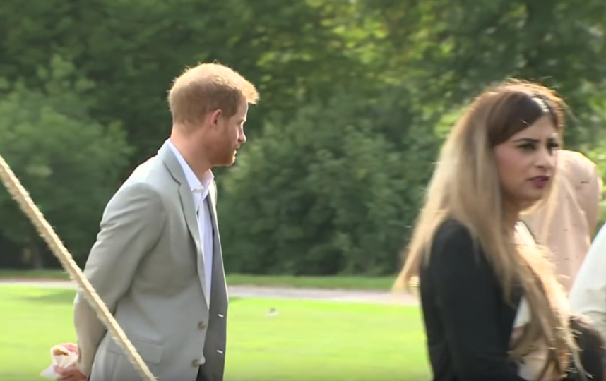Принц Гарри спрятал за спиной самосу, но его заметили. Фото Скриншот Youtube