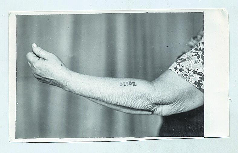 . При попытке побега эта женщина была задержана и отправлена в Освенцим, где ей поставили номер на руке. Фото предоставлено Международным мемориалом