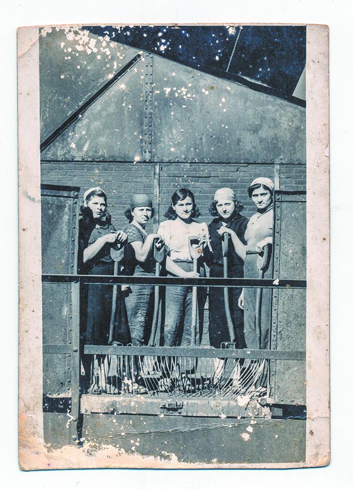Снимок с сельскохозяйственных работ в «Мемориал» прислала женщина, стоящая в центре. Фото предоставлено Международным мемориалом