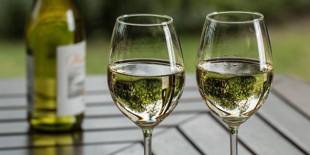 """Наиболее """"безвредным"""" алкогольным напитком респонденты считают вино (51%)."""