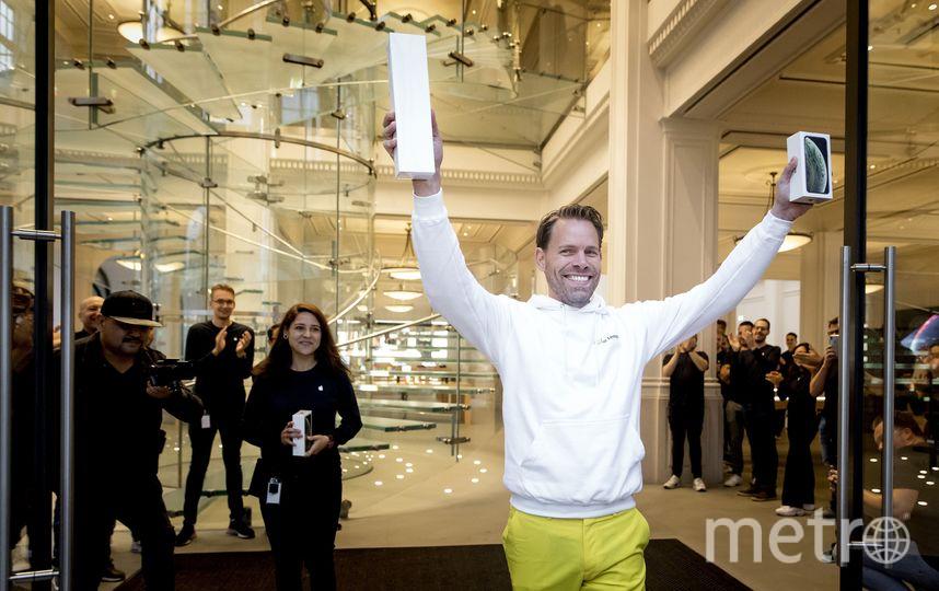 Первый покупатель нового iPhone в Нидерландах. Фото AFP