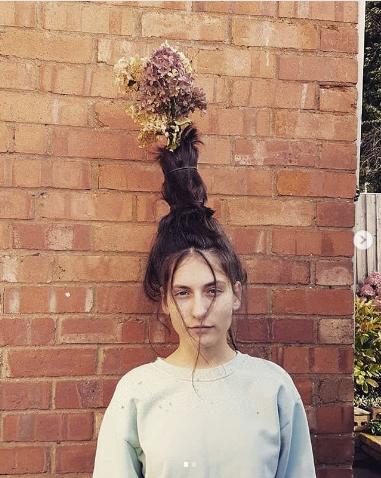 #FlowerVaseHair. Фото Instagram/sniff4sniff