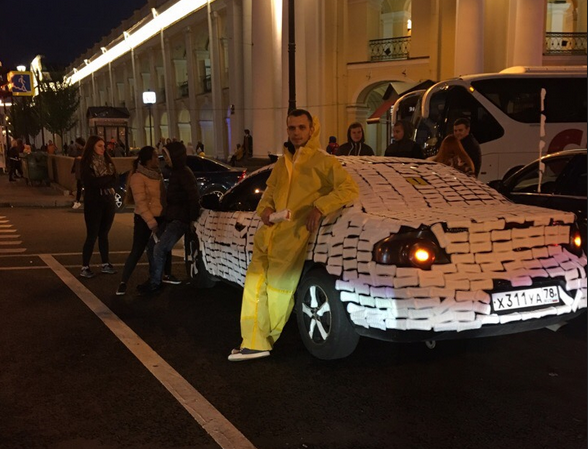 В улицам Петербурга проехала машина, обклеенная женскими прокладками. Фото https://vk.com/spb_today