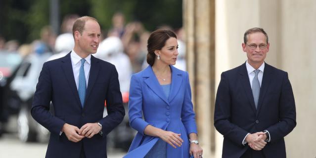 Кейт Миддлтон в платье-пальто от Catherine Walker была во время визита в Германию летом 2017 года.