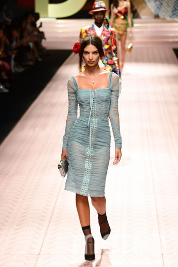 Модель Эмили Ратаковски на показе Dolce&Gabbana. Фото AFP