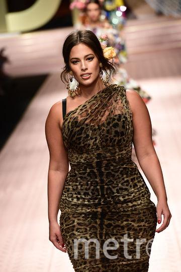 Модель Эшли Грэм на показе Dolce&Gabbana. Фото AFP