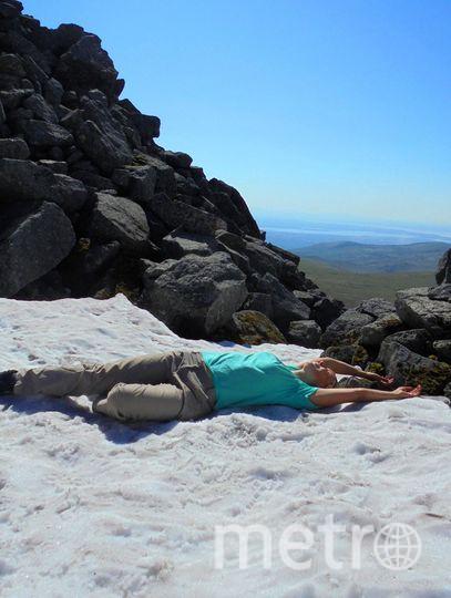 "Фото их Хибин - лежу на снегу, загораю, температура воздуха +35. Фото Афонина Вера Михайловна, ""Metro"""