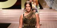 Кровь с молоком: Эшли Грэм вышла на подиум в облегающем леопардовом платье