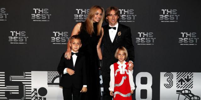 Обладатель премии лучшему футболисту года Лука Модрич вместе с семьёй.