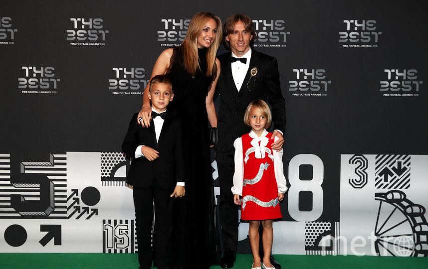 Обладатель премии лучшему футболисту года Лука Модрич вместе с семьёй. Фото Getty