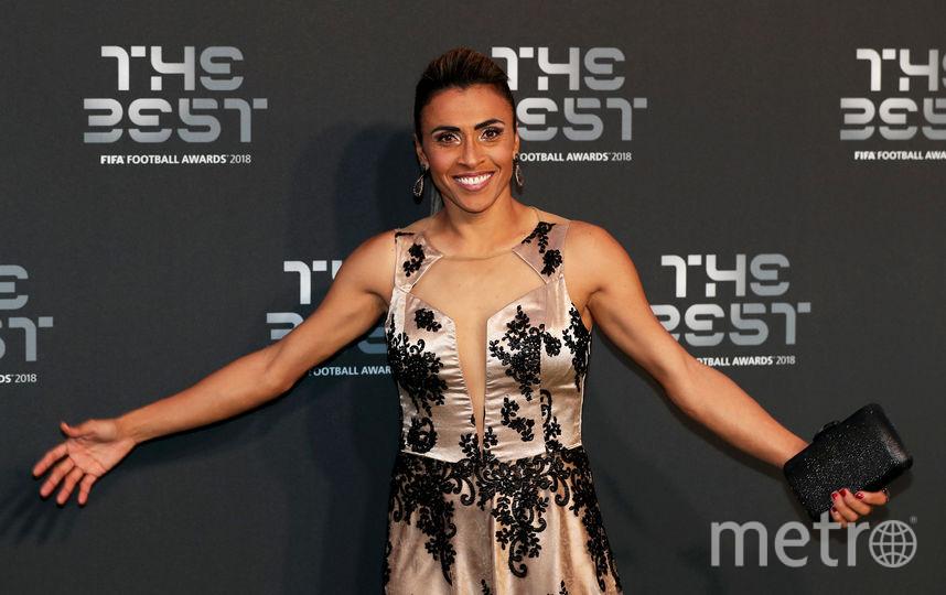 Обладательница премии лучшей футболистки года Марта в обворожительном платье. Фото Getty