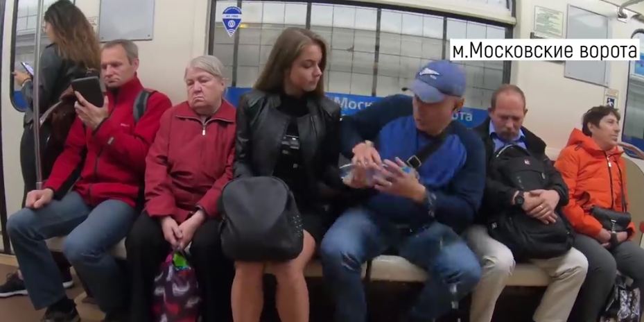 В Петербурге девушка обливает мужчин, чтоб отучить от дурной привычки. Фото Все - скриншот YouTube