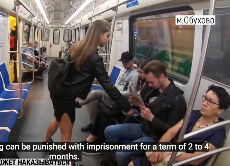 В СМИ активно обсуждается версия о том, что видео, на котором феминистка Анна Довгалюк обливает мужчин концентратом, является фейком.