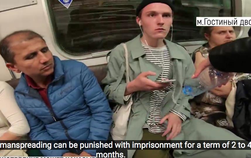 Манифест в петербургском метро против широко расставляющих ноги мужчин вызвал жаркие споры. Фото Все - скриншот YouTube