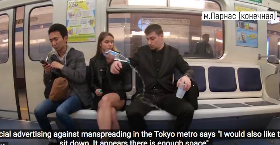 Манифест в петербургском метро против широко расставляющих ноги мужчин вызвал жаркие споры.Архив. Фото Скриншот Youtube