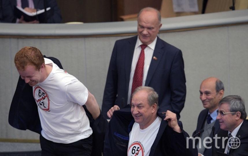Лидер КПРФ Геннадий Зюганов с представителями своей партии. Фото РИА Новости
