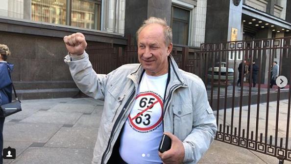 Члены КПРФ пришли на очередной заседание в Госдуме в необычных футболках. Фото скриншот https://www.instagram.com/kolmagorov.vladislav/