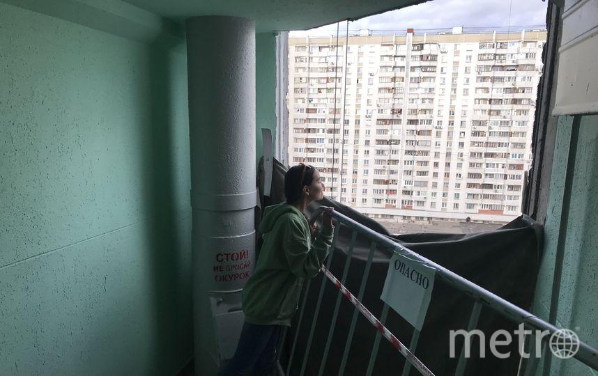"""Репортёр Metro рядом с временным ограждением. Фото """"Metro"""""""