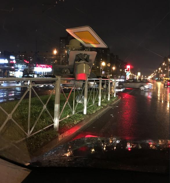 На пересечении Савушкина и Туристской упал светофор. Фото https://vk.com/spb_today