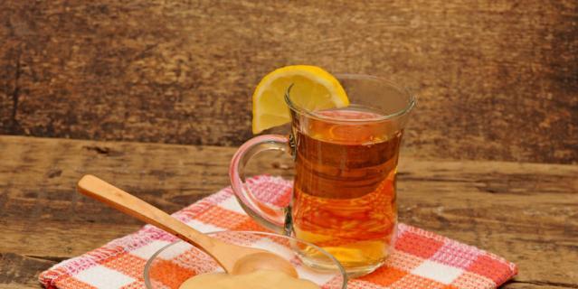 Горячий чай с лимоном.