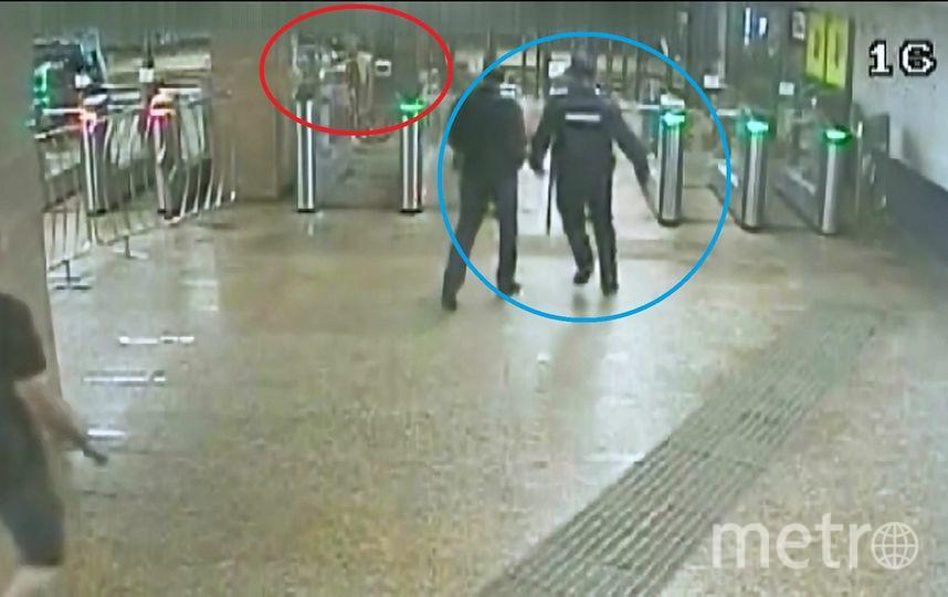 Инцидент зафиксировали камеры видеонаблюдения. Фото предоставлено пресс-службой УВД на Московском метрополитене.
