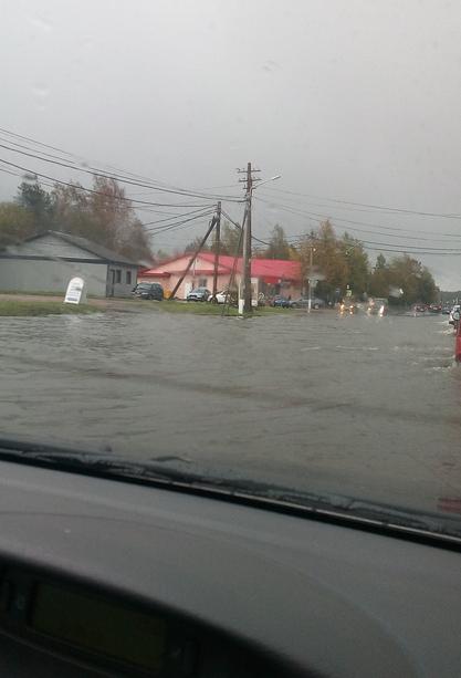 В Ленобласти затопило поселок - в Рощино улицы превратились в реки. Фото vk.com/spb_today