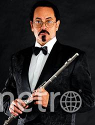А это флейтист Tee Mac, фото которого использовал «врач». Фото  teemaciseli.com