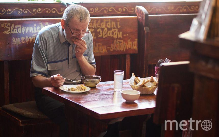 """Пожилые люди приходят в кафе, чтобы не только поесть, но и пообщаться друг с другом. Фото предоставлено Александрой Синяк, """"Metro"""""""