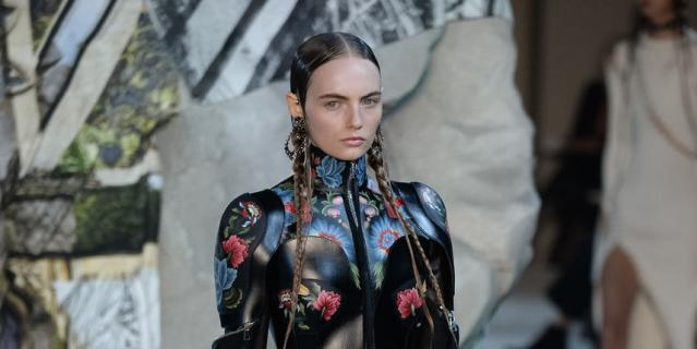 Показ Alexander McQueen на Неделе моды в Париже.