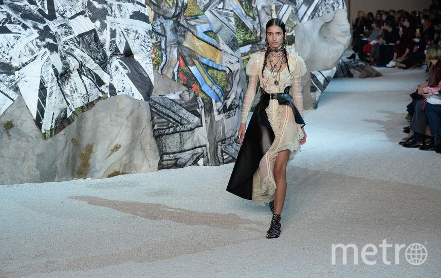 Показ Alexander McQueen на Неделе моды в Париже. Фото Getty