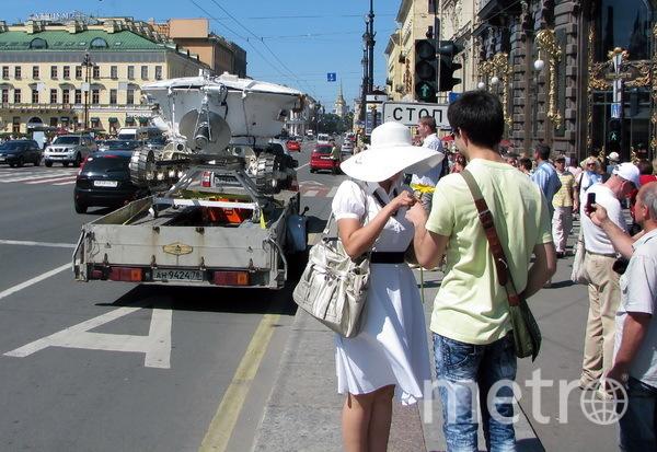 """Свидание у лунохода. (сценка, из повседневной жизни, на Невском проспекте. Фото Юрий Медведев, """"Metro"""""""