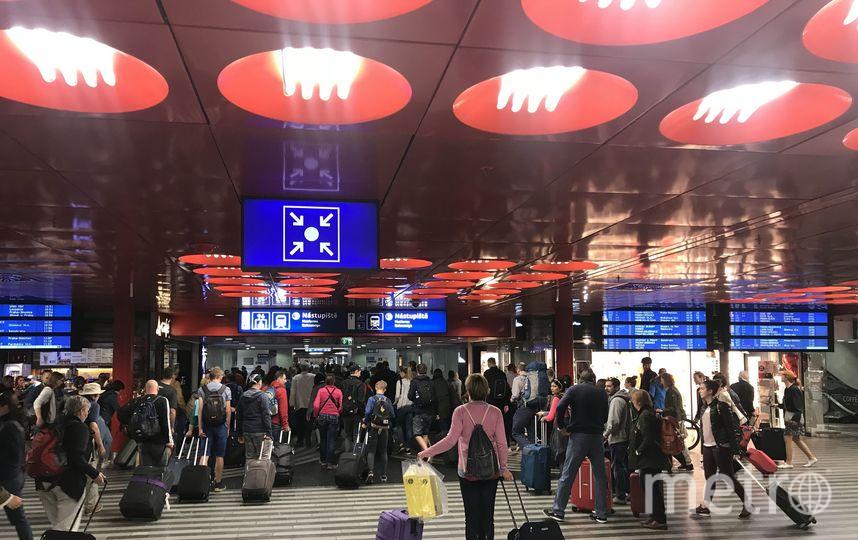 """Отправление поезда. (посадка на поезд на Пражском вокзале). Фото Юрий Медведев, """"Metro"""""""