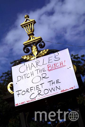 Плакат на одном из протестов против свадьбы Камиллы. Фото Getty