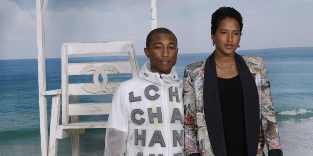 Фаррелл Уильямс с женой, моделью Хелен Ласичан, на показе Chanel на Неделе моды в Париже.