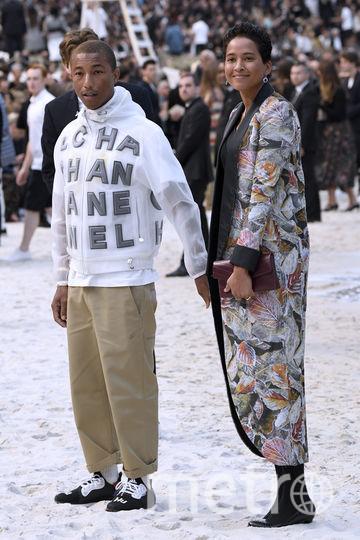 Фаррелл Уильямс с женой, моделью Хелен Ласичан, на показе Chanel на Неделе моды в Париже. Фото AFP