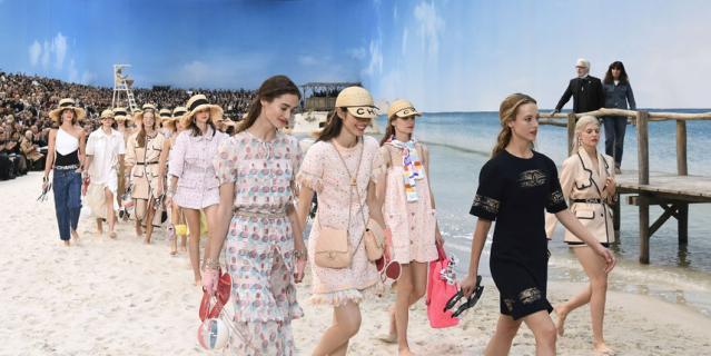 Показ Chanel на Неделе моды в Париже.