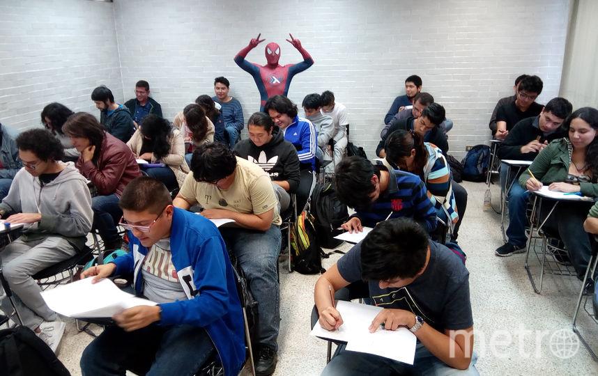 Преподаватель в Мексике ведёт занятия в костюме Человека-паука. Фото Предоставлено организаторами