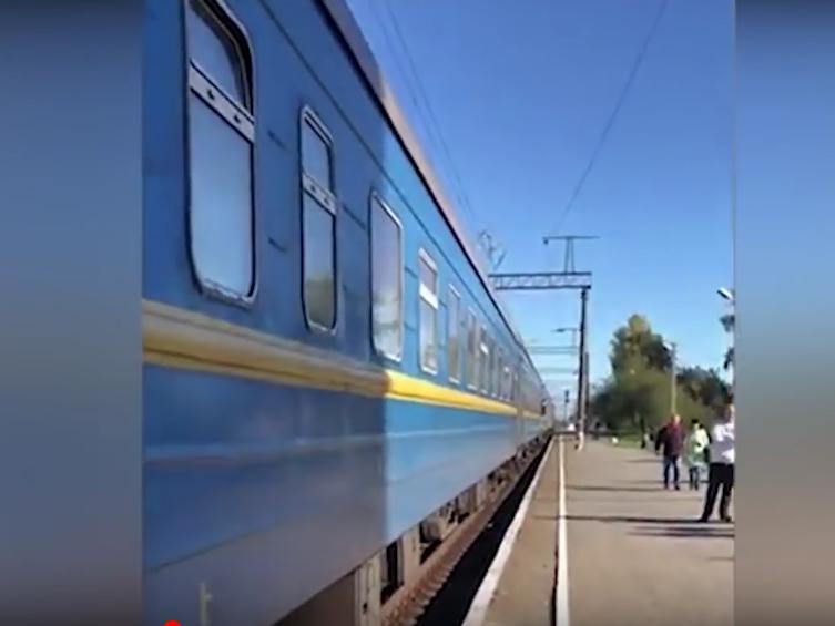 На Украине начальник поезда на ходу вытолкнула пассажира из вагона. Фото Все - скриншот YouTube