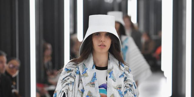 Показ Louis Vuitton на Неделе моды в Париже.