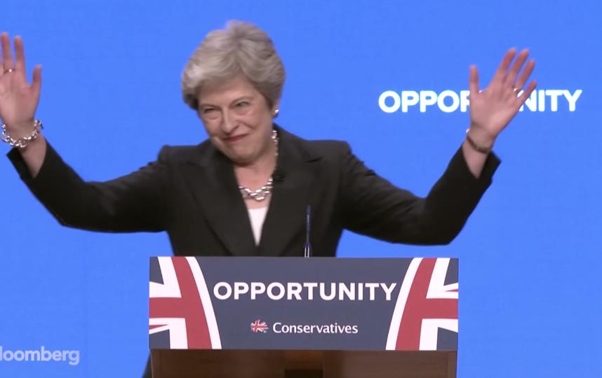 Тереза Мэй станцевала под Abba перед своей речью в консервативной партии. Фото Скриншот видео с канала  Bloomberg Markets and Finance., Скриншот Youtube