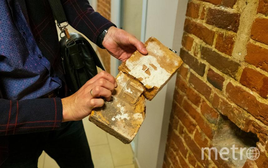 В стене есть углубление, в котором лежит кирпич со старинным клеймом. Фото Василий Кузьмичёнок