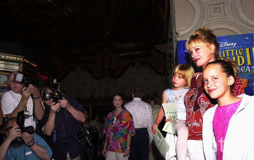 Дакота Джонсон в детстве (справа). Фото Getty