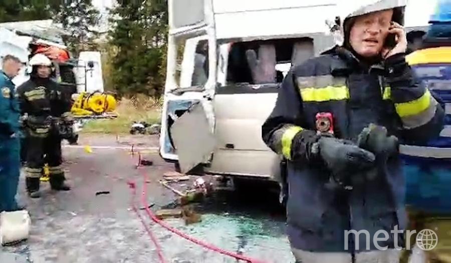 Спасатели на месте ДТП в Тверской области. Фото РИА Новости