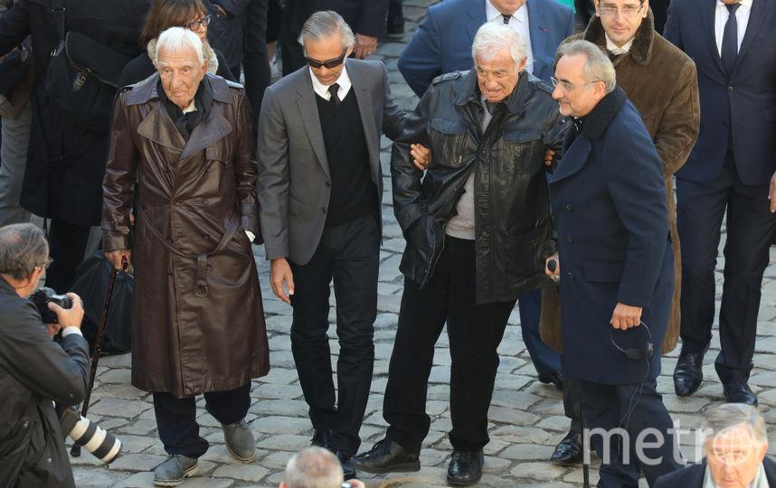Жан-Поль Бельмондо и Шарль Жерар на площади у Дома Инвалидов, где простились с Шарлем Азнавуром. Фото AFP