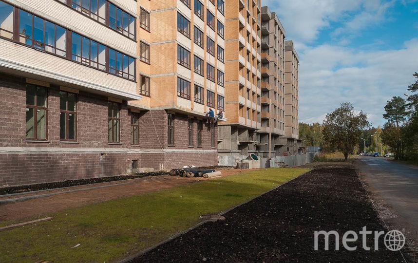 """Благоустраивают территорию жилого комплекса параллельно со строительством. Фото """"Петрострой"""", """"Metro"""""""