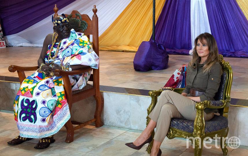 Мелания Трамп общается с жителями одного из дворцов Ганы. Фото AFP