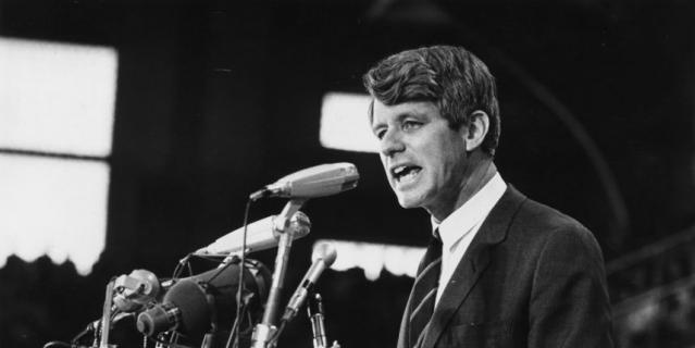 Роберт Кеннеди выступает перед публикой.