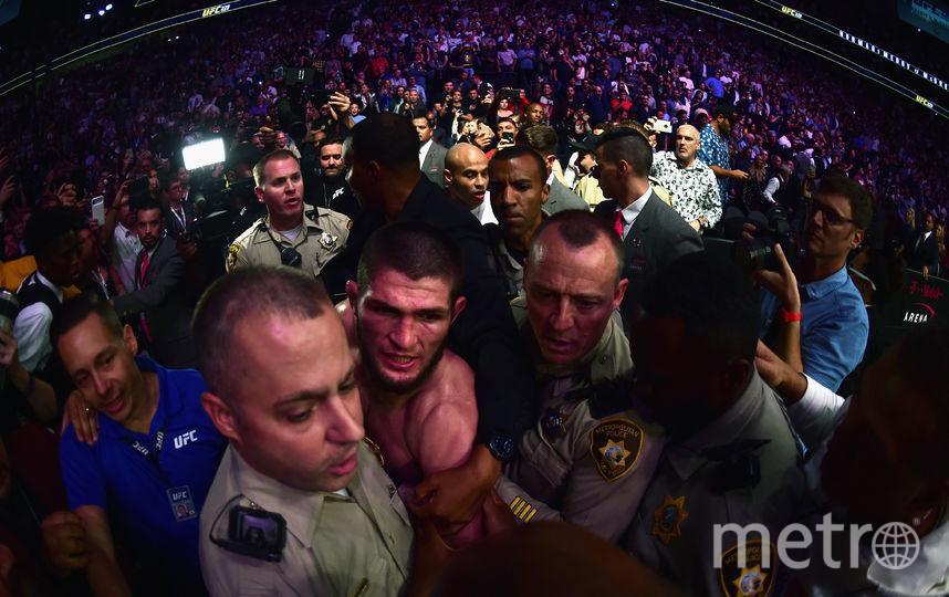 Бойцы покинули зал в сопровождении полиции. Фото Getty