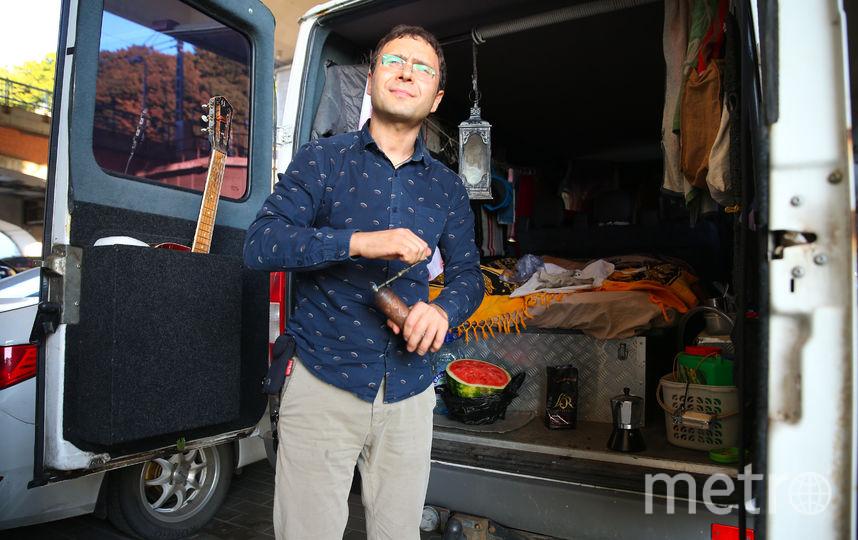 С кофемолкой в руках Андрей встретил нас на заднем дворе своего любимого дома – микроавтобуса, переделанного для путешествий. Фото Василий Кузьмичёнок