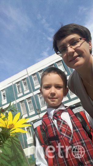"""На фото мой сын Мясников Тимофей, ученик 2В класса школы 601 и я, Мясникова Евгения. Сын очень волновался, и только на этой фотографии не выглядит напряженным. Фото """"Metro"""""""